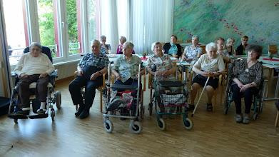 Photo: Frühzeitig erscheinen schon die ersten Besucher.