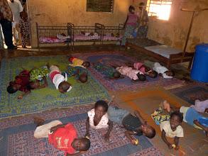 Photo: sur notre demande, les enfants vont simuler leur couchage nocturne