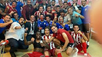 Celebración en el vestuario del Almería con El Assy.