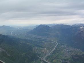 Photo: Im Rheintal drücken die feuchten Nebelfetzen an die Kreten. Es wird immer düsterer.