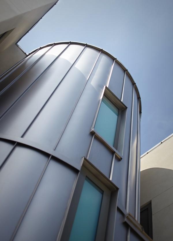 Panel metal sebagai material eksterior bangunan - source: home-designing.com