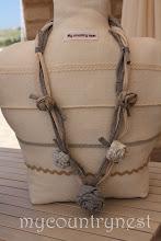 Photo: collana di fettuccia con rose di lino