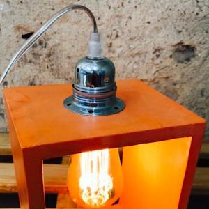lampe à poser en béton de couleur orange avec détail industriel