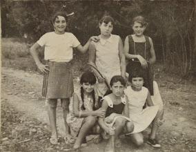 """Photo: Niñas en """"La Jira"""". Proveedor: Julia González Izquierdo. Año: 1964."""
