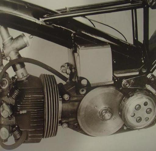 le-moteur-de-la-norton-type-f-du-cote-gauche-presente-par-machines-et-moteurs