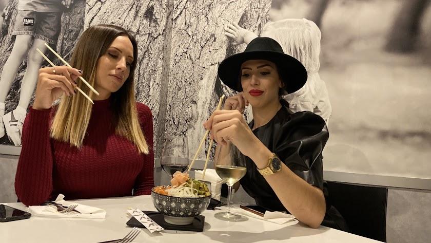 María Capel y Lucía Abascal degustan las creaciones gastronómicas de Wakea.