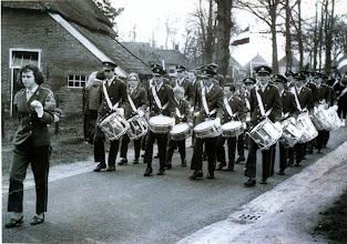 Photo: o.l.v. Rika Pathuis Vooraan v.l.n.r. Fré Völlink, Klaasje Hadderingh, Jan Enting, Lambert Hollander, Geert Enting. In het midden 4e rij Wim Lamberts