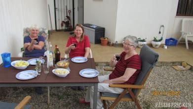 Photo: Skål. Hungraig intar vi vår måltid och njuter