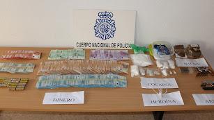 Dinero, drogas y armas intervenidas por la Policía Nacional.