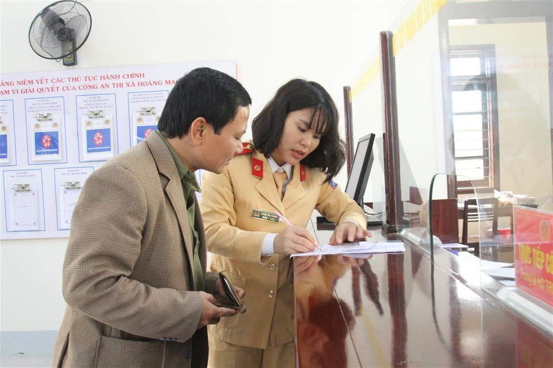 Cán bộ Đội CSGT Công an TX Hoàng Mai hướng dẫn người dân các thủ tục                       đăng ký phương tiện