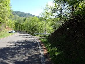 左に登山口、右に旧林道分岐