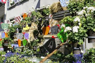 Photo: Alle Brunnen werden von den betreffenden Quartierberwohnern geschmückt. Dies ist  eineTradition beim Murtenschiessen