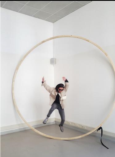 Emma van Noort, Circle, hout, spanband, 350 cm, 2021