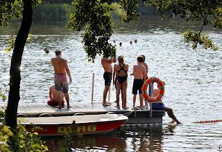Photo: amAuf dem Badesteg im Südstrand Freibad Großensee