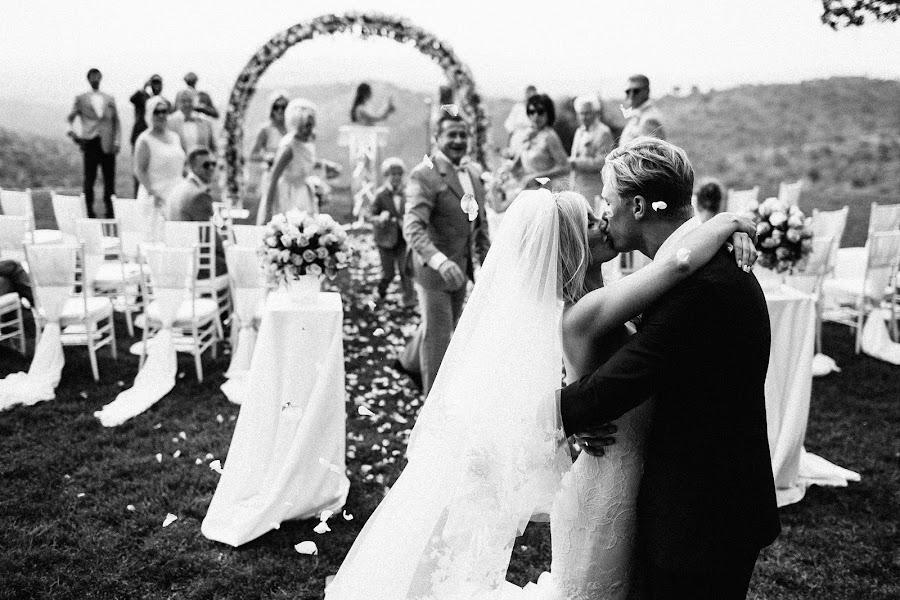 Wedding photographer Vasiliy Tikhomirov (BoraBora). Photo of 23.11.2015