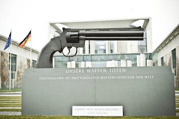 Pistole Kanzleramt Aktion Aufschrei.png