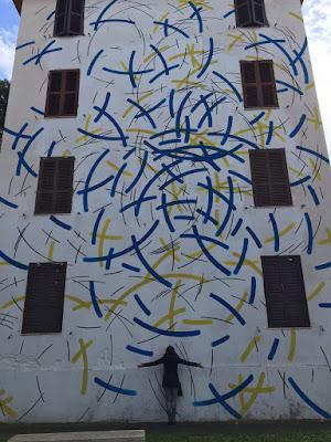 Sotto il Murales di Alessandro Ibba