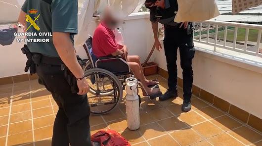 Auxilian a una persona en silla de ruedas y a su cuidadora en un incendio