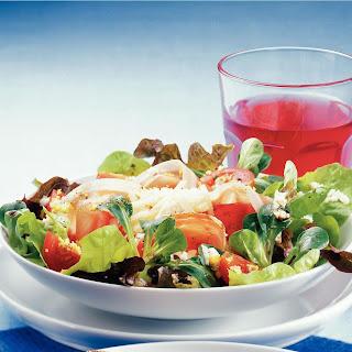 Herrensalat mit Tomaten, Prosciutto und Ei