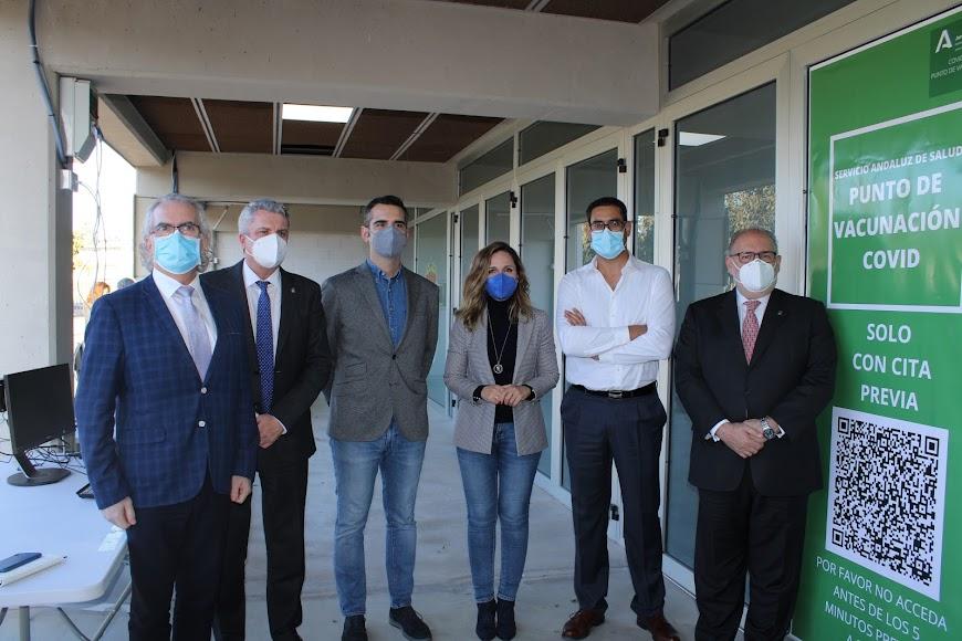 Representantes institucionales y sanitarios en el auto-covid del Palacio de los Juegos Mediterráneos.