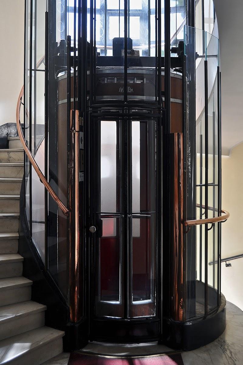 uno dei primi ascensori rotondi, Milano di kaos