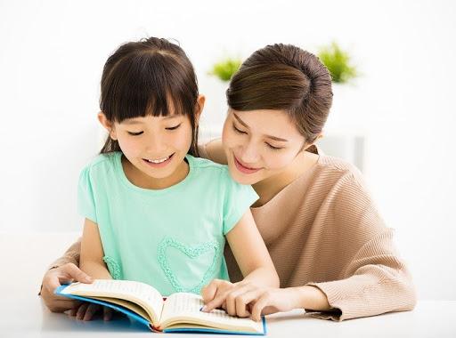 Hành trình đọc viết của bé liên quan tới việc học nói, nghe, đọc, hiểu, nhìn, vẽ và viết. Nền tảng để xây dựng những kỹ năng này bắt đầu từ khi con sinh ra. Dưới đây là một số hoạt động đọc viết bố mẹ và con có thể bắt đầu.