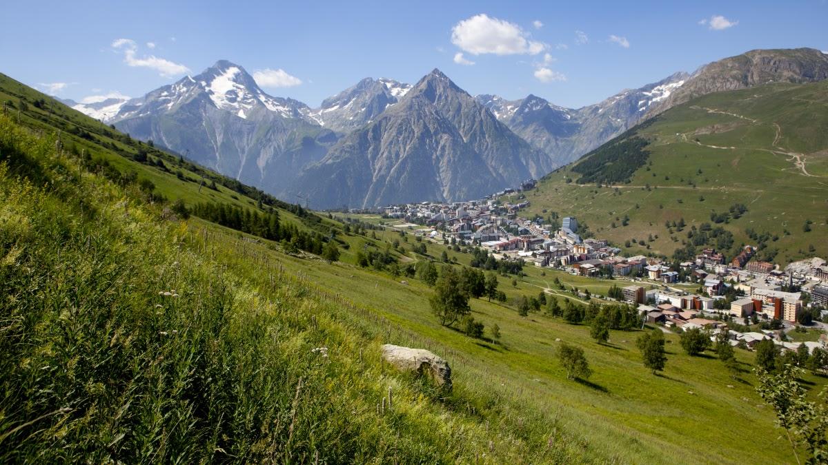 Французские Альпы. Куда лучше поехать летом во Франции, что посмотреть летом во Франции. Во Францию летом - куда лучше отправиться. Лавандовые поля Прованса, фестивали, пляжи