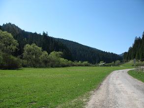 Photo: 03.Miły początek w dolinie: niemal płaska asfaltowa droga. Ale co będzie dalej?