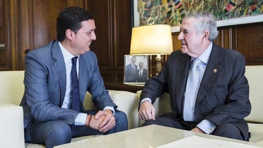El fiscal Brea -derecha- charla con Javier García presidente de la Diputación.