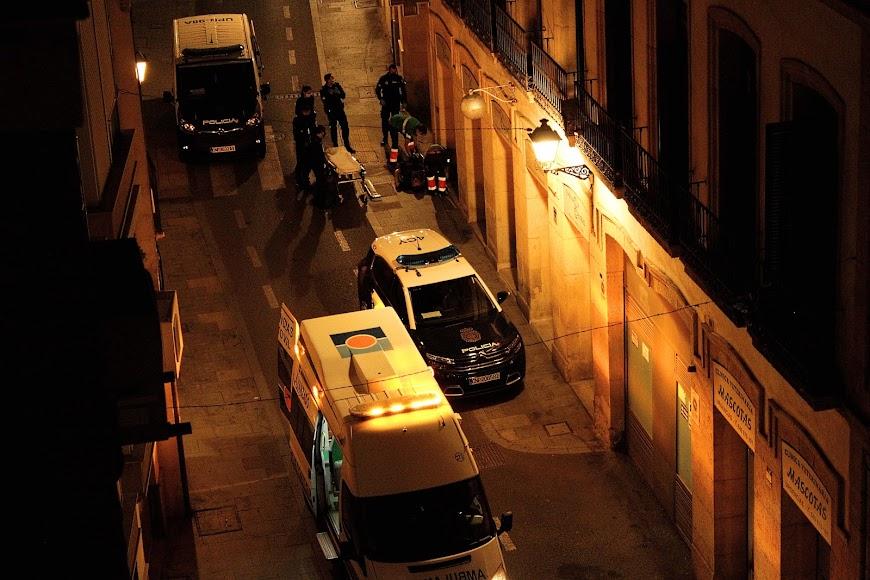 El 061 y la Policía Nacional atendiendo a una persona dentro del toque de queda.