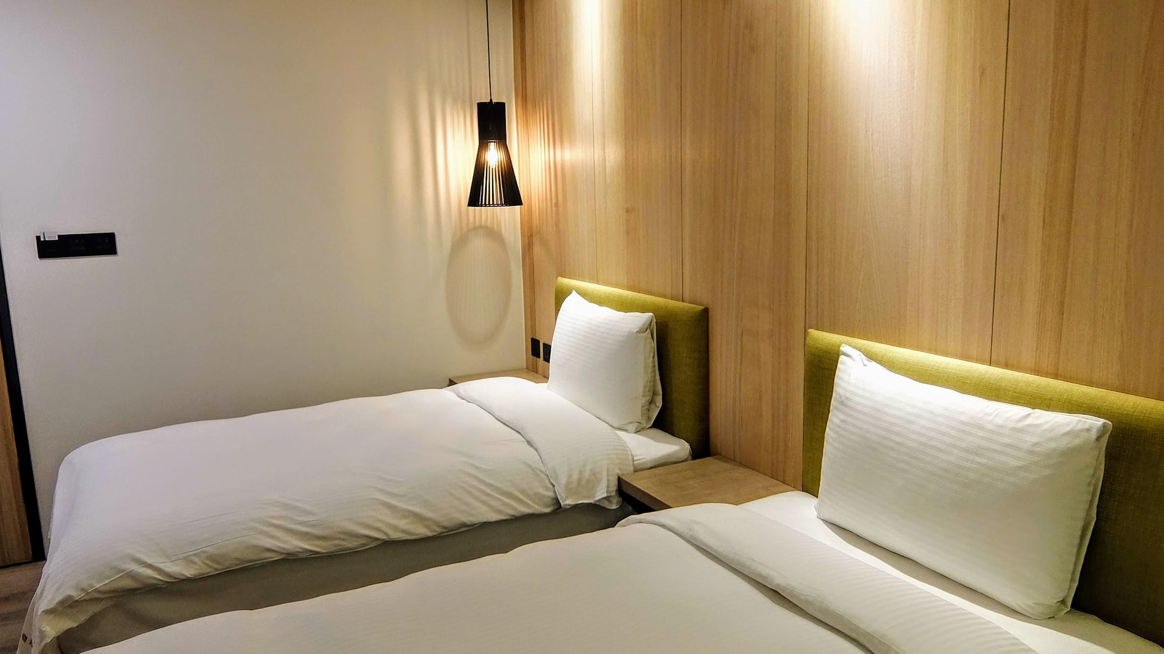 二張單床,床鋪比較硬一些,不過個人接受! 那個棉被有夠熱的,晚上都想踢被子XD