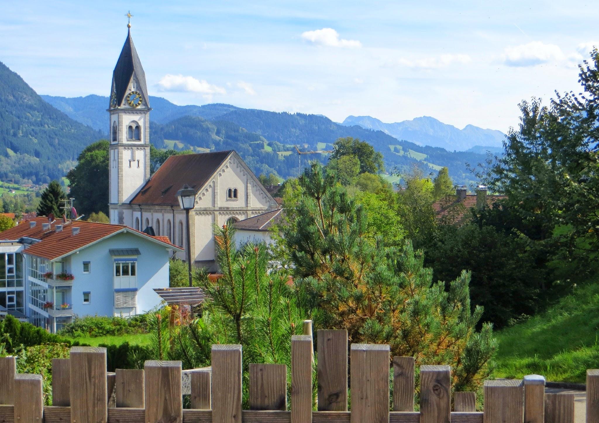 Photo: Am Scheibenbach Motiv 1 Vordergrund Holzzaun - Blick zu den Hindelanger Bergen Spazieren: https://pagewizz.com/blaichach-spazieren-im-allgau-35033/