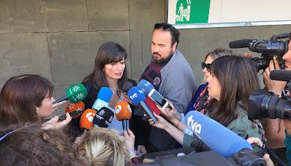 La abogada Beatriz Gámez atiende a los medios en la Ciudad de la Justicia de Almería.