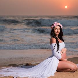 Sunrise beauty by Junita Fourie-Stroh - People Maternity ( maternity, maternity photos, woman, pregnancy photography, pregnancy, pregnant, sunrise, beach, portrait )