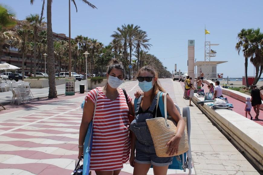 Las almerienses Alicia y Lorena en el Paseo Marítimo y con mascarillas.