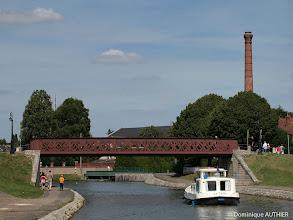 Photo: En arrière plan, la grande tour de l'usine élévatoire d'eau à Briare construite entre 1894 et 1895. C'est vraiment très intéressant à connaitre : http://www.jph-lamotte.fr/files/Plais-hist_briare_elevatoire.htm