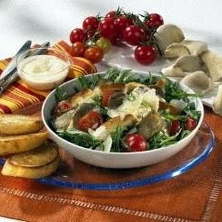 Pilz-Tomaten-Salat mit Rauke, Parmesan und geröstetem Brot