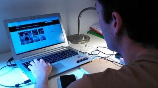 Un profesor prepara una clase on line