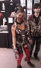 Photo: Un zombie, elle tenait vraiment bien son rôle ! Elle s'approchait de nous sans prévenir et nous regardait avec un regard d'envie de nous bouffer !!