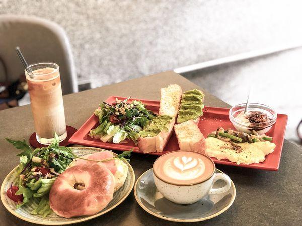 鬧咖啡Now Coffee。西門北門舊城區的不限時灰樸感咖啡廳,大片窗享受陽光咖啡輕食。