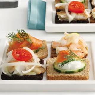 Salmon & Cucumber Mini Smørrebrød (Smørrebrød med Røget Laks og Agurker).