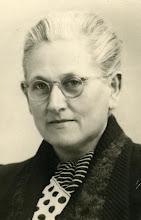 Photo: Jantje Dotinga (geb. Gauw 1891, overl. Mijdrecht 1959) was getrouwd met de Sneker politieambtenaar Lambertus Stilma (1888-1961). Beiden waren afkomstig uit boerenfamilies, en ze waren ook nog verwant aan elkaar (hun grootmoeders met de familienaam Rollema waren elkaars halfzusters). De familie Stilma komt oorspronkelijk uit Wymbritseradeel, de Dotinga's uit de naburige gemeente Rauwerderhem.