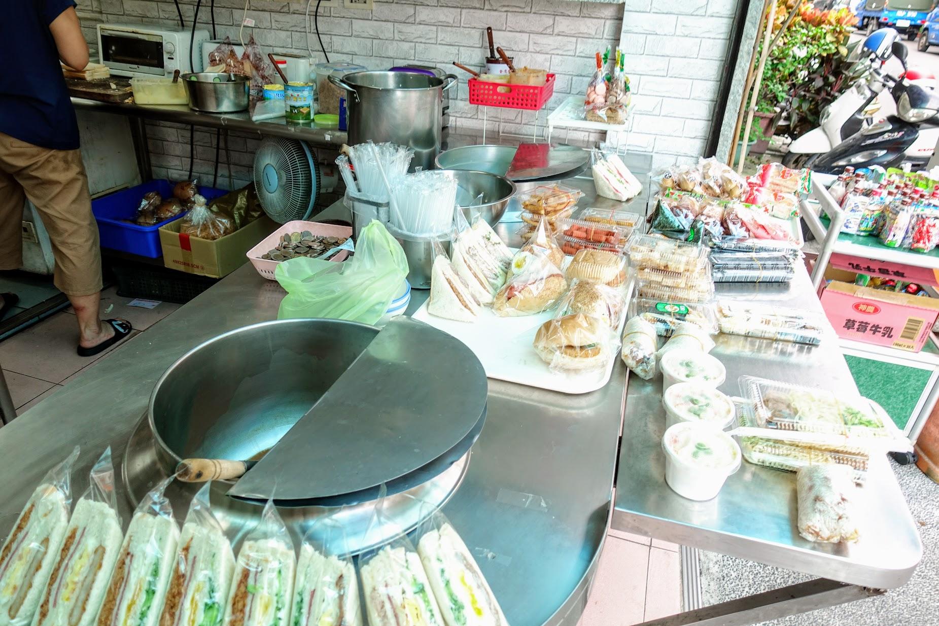 傳統的早餐店,就是什麼都有的買到XD
