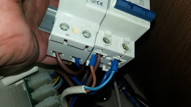 Photo: Pongo el cable blanco para 220V a la salida del magnetotérmico y le pongo dos punteras