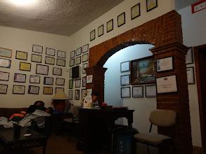Photo: Tohle všechno jsou certifikáty našeho doktora v San Cristóbal de las Casas. Asi oprávněně si za vyšetření vzal 250 pesos. Aspoň mluvil anglicky...