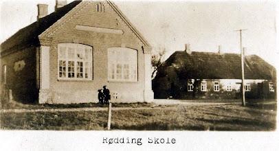 Photo: Rødding Skole opført 1901 og den gamle lærerbolig i baggrunden