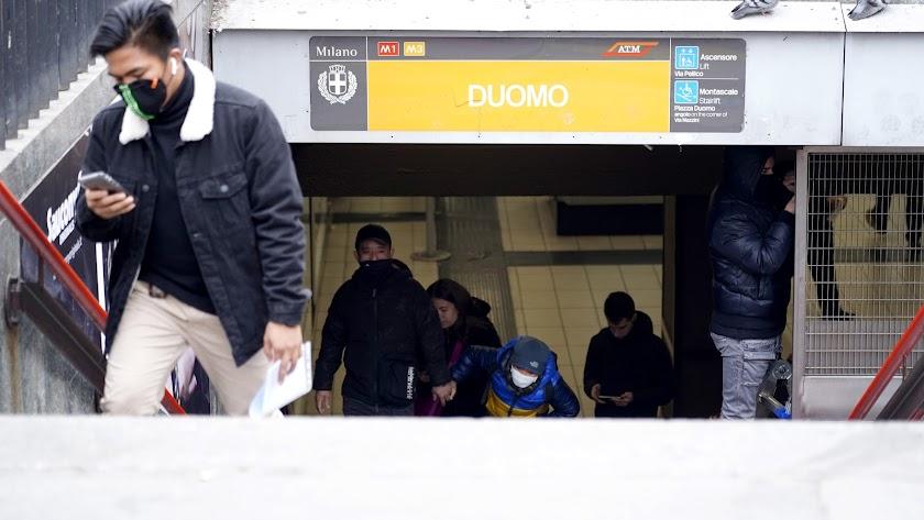 Pasajeros  con mascarillas en una estación del metro de Milán, de donde procede P.E.