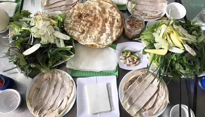 Bánh tráng cuốn thịt heo Đà Nẵng với những dĩa rau đầy ăm ắp