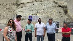 El alcalde Luis Díaz conversa con el diputado provincial Óscar Liria bajo el cerro.