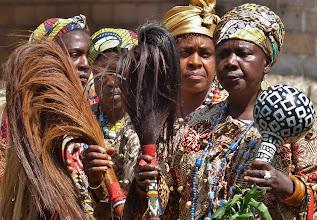 Photo: Rasseln  und Tanzwedel Tanzwedel - meist aus Pferdehaar erstellt - sind ein unverzichtbares Element bei rituellen Zeremonien. Ihr Griff ist mit bunten Perlen besetzt. Die Wedel darf man nicht etwa als Fliegenwedel verstehen, sondern als Zeichen der Würde. Mit den kunstvoll verzierten Kalebassen werden rasselartige Geräusche erzeugt. An den Füßen tragen die Tänzerinnen ebenfalls Rasseln aus Juju-Bohnen (botanisch: Entada phaseolo), die bei den ununterbrochenen kurzen Schrittbewegungen scharrend-klappernde Geräusche erzeugen.